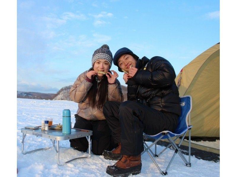 【北海道・網走】冬プログラム一番人気!網走湖ワカサギ釣り体験~釣った魚はその場で天ぷらに~の紹介画像