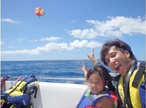 【沖縄・本島北部発】美しい海を眺めながら空中散歩!パラセーリング体験★美ら海水族館チケットつき★