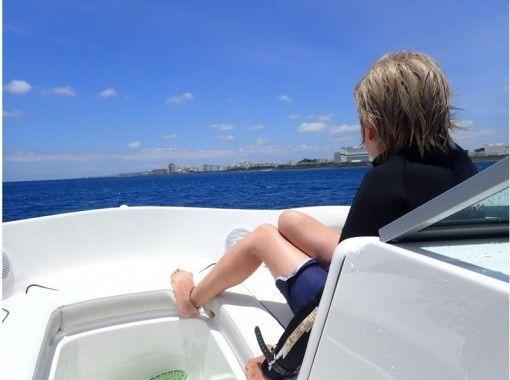★沖縄唯一★免許が無くても操船体験できちゃう♪【北谷海上散歩ボートちょい乗り遊覧】0歳からOK!
