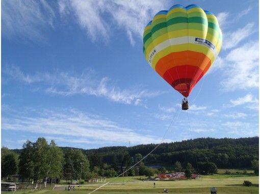 [Hokkaido ・ Tokachi ・ Hot air balloon 】 Early morning clear sky back to the Hidaka Mountains Hot air balloon Walk in the air ♪の紹介画像