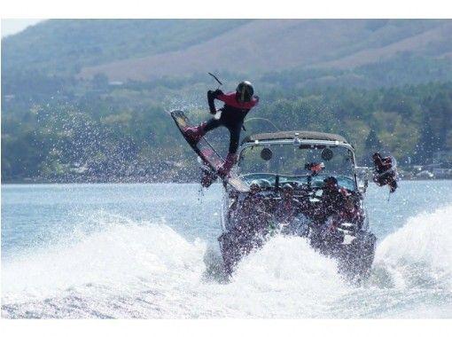 [Yamanashi/ Lake Yamanaka] 15 min. Wakeboarding experience + hurricane boat: Group discountの紹介画像