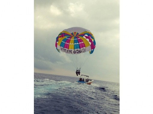 【 Okinawa · Ginowan】 Let's fly above Ginowan sky high above our original custom made Parasailing board! !の紹介画像