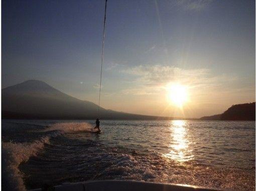【山梨・山中湖】爽快に湖上を滑ろう!ウェイクボード初心者体験コース【15分×1セット】