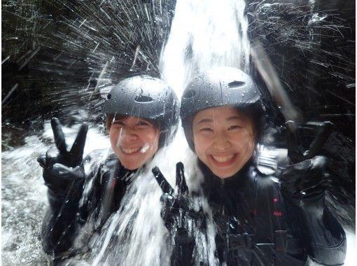 【1組限定貸切&思い出動画付き】沖縄本島・やんばる遊びの最高峰!シャワークライミング!