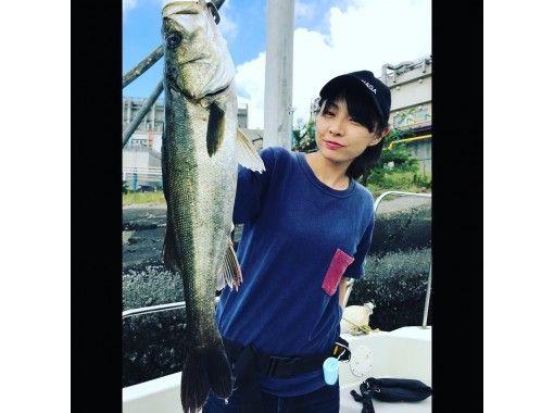 """[東京/羽田]便宜!豪華魚""""鈴木釣魚""""包船★最多可容納7人♪120分鐘可以介紹您釣到的魚♪の紹介画像"""