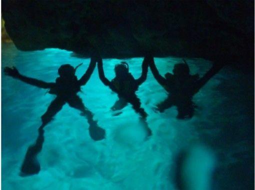 【沖縄本島・青の洞窟】4名様以上限定青の洞窟シュノーケル!1グループ貸切!写真、動画無料プレゼント付