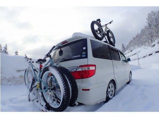 札幌出発、 スノーシュートレック・犬ぞり・青い池とファットバイク・温泉付、北海道の冬1日満喫プラン♬