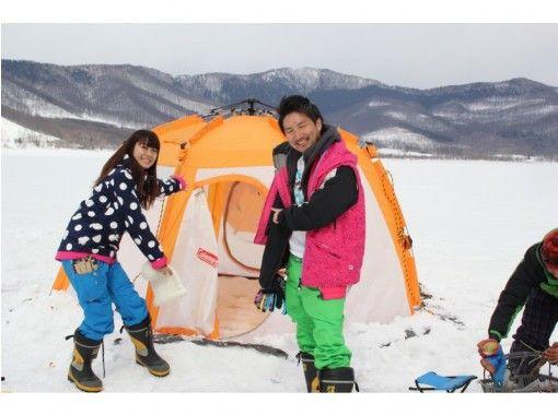 【富良野・トマム】かなやま湖氷上わかさぎ釣り&爽快スノーモービル無料試乗体験♪暖房完備で暖か!