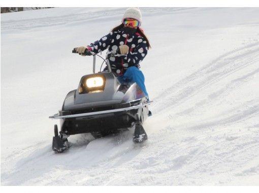 【富良野・トマム】かなやま湖氷上わかさぎ釣り&爽快スノーモービル無料試乗体験♪暖房完備で暖か!の紹介画像