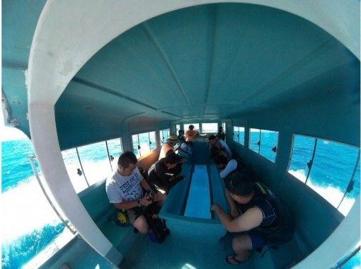 【沖縄・南城市】気軽に海中観光!グラスボート遊覧