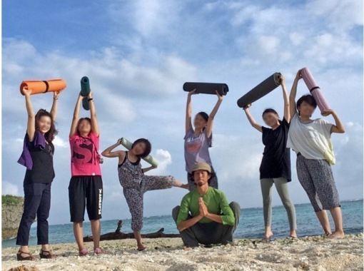 【沖縄・今帰仁村】波の音を聴きながら至福のBeach Yoga体験+フォトセッション(70分)