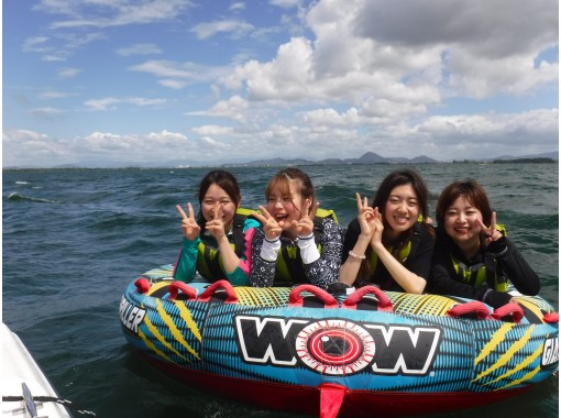 [Shiga, Lake Biwa, Water Toy & Motor Boat Cruising] A classic deck-type towing tube! Thrilling score! Recommended for friendsの紹介画像