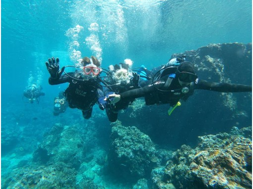 """""""HIS Super Summer Sale Now"""" [Okinawa Blue Cave] Recommended for family trips! Blue Cave Experience Diving & Onna Village Parasailing Set Planの紹介画像"""