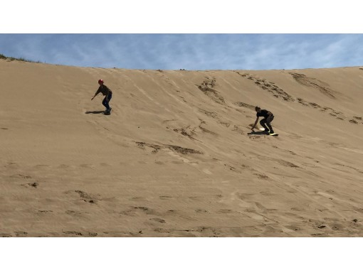 [Tottori ・ Tottori Dune] Thrilling! If you slip once, it's addictive! ? One after another addicted! Sandboard experienceの紹介画像
