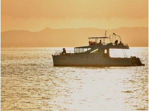 【沖縄・石垣島・サンセットクルーズ】ダイナミックな夕陽を眺める!黄金色に輝くマジックアワーで感動体験