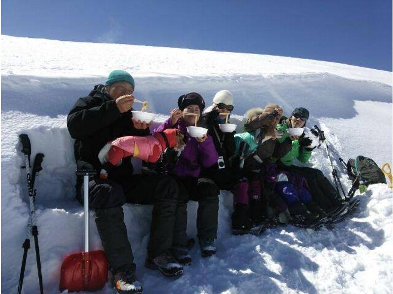 ~感動のエメラルドグリーンの湯釜を望む~白根山湯釜周遊スノーシュートレッキングの紹介画像