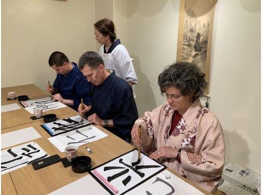 【京都・烏丸御池】仕上げに団扇に書いてオリジナルの書!京都中心部の書道プライベートクラス