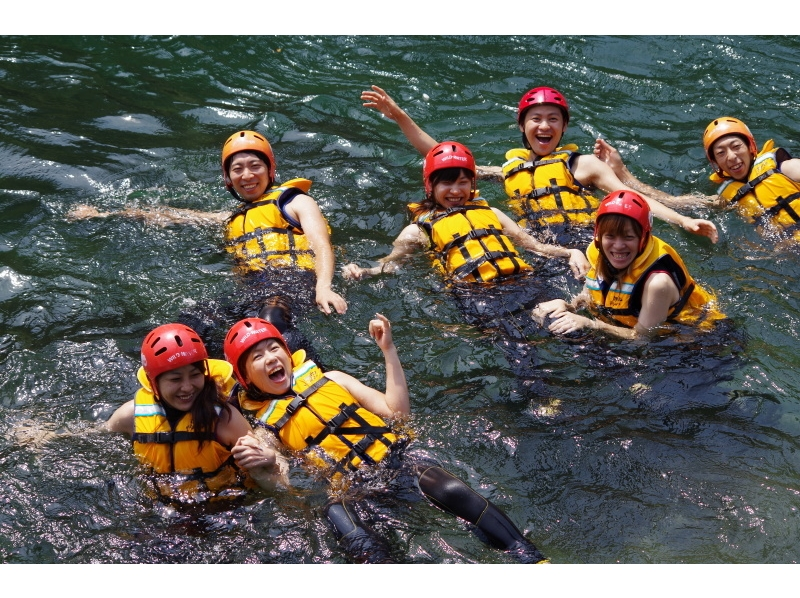 [Tokyo Okutama] clear stream and a spray of water hit the heart! Rafting experience introduction image of (half-day course)