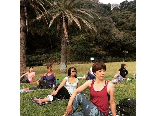 【神奈川県・江の島】初心者歓迎!ビーチヨガで五感を刺激しよう!芝生の上でストレス発散!