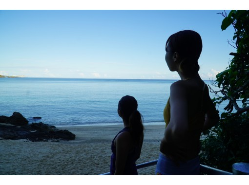 【沖縄・恩納村・ヨガ】朝の歩行瞑想&青い海でビーチヨガ ★県産ハーブティー特典付き