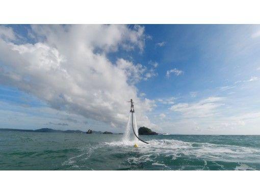 もはや定番のマリンアクティビティ!リピーター続出のフライボード!体験するならサンライズマリン沖縄で!