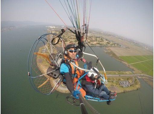 【滋賀県】車イスのパラグライダーで琵琶湖上空へ!タンデムフライト体験(無料記念撮影付き)