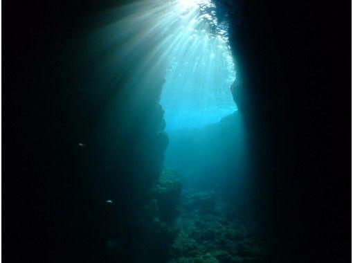 【沖縄・恩納村青の洞窟ボート】『青の洞窟&餌付シュノーケル&マリンスポーツ2種セット』写真データサービス付