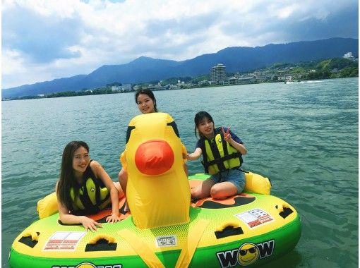【滋賀・琵琶湖・ビッグダッキー&モーターボートクルージング】乗って撮って楽しいアヒル型チューブ!お友達同士におススメ♪の紹介画像