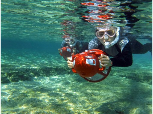 【沖縄・恩納村】ただのシュノーケルでは物足りない方に!新感覚のマリンスポーツ「シースクーター」を体験しよう!(水中写真プレゼント)