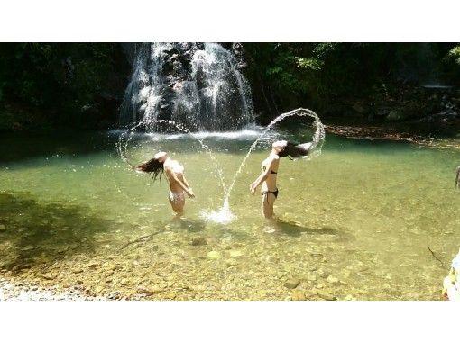 【鹿児島・奄美】観光ブックには載ってない秘密の滝で川遊び!半日ツアー(名瀬エリア送迎付き)