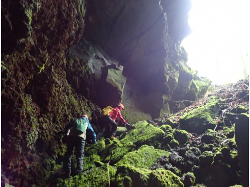 【未知先案内ツアー】大噴火口と溶岩洞窟を巡る (カップル割引施中)