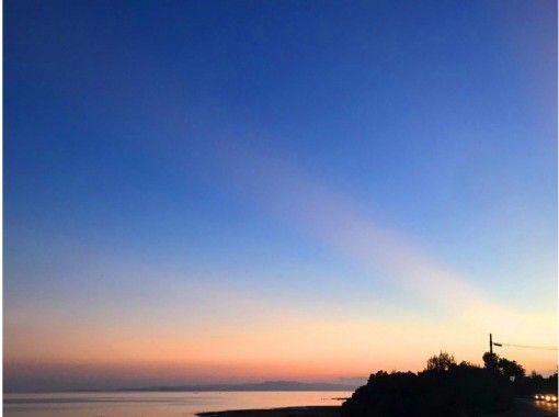 【沖縄・石垣島】竹富島と西表島を眺めながら!スケルトンカヤック体験(サンセットツアー)