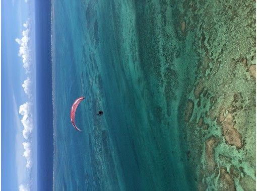 [沖縄南城市]全自動滑翔傘串聯飛行-從飛行員上方200m處鳥瞰風景並飛行の紹介画像
