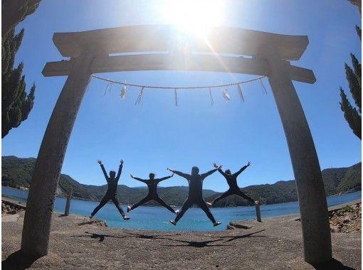 [爱媛・松山]包括免费接送!乘船浮潜!参观只能乘船到达的神社后,前往珊瑚扩散的海洋! !!の紹介画像