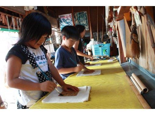 【新潟県・村上市】町屋で手づくり! 北限のお茶 村上茶で草木染する型染フレーム体験の紹介画像