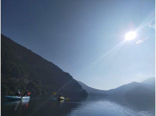 【山梨・富士五湖・西湖】GO TO 地域共通クーポンOK!早朝サンライズ&ナイトクルージング西湖カヤック体験90分プラン