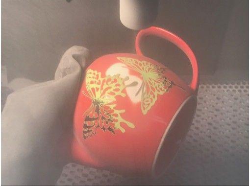 【浅草橋1分】ほっと一息、自作のティーポットで一杯。磁器のポットに素敵な柄を彫刻します。の紹介画像