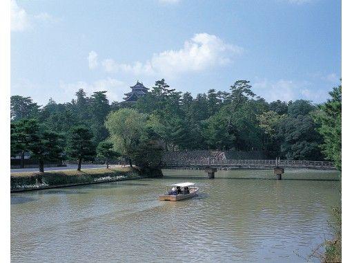 【島根・松江】国宝松江城を巡る遊覧船で、美しい松江の風景を眺めながらお抹茶体験!(松江の和菓子付き)