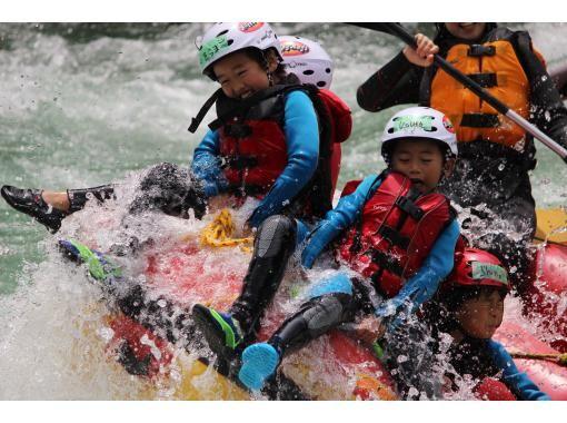 [Shikoku / Yoshinogawa] Elementary school kids also experience a torrent! Yoshinogawa/Oboke Family Rafting Tour (half-day)の紹介画像