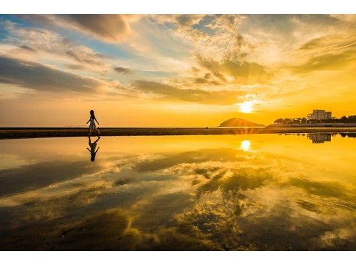 【香川・父母ヶ浜】インスタ映え間違いなし!夕暮れ時の干潮時に現れる天空の鏡を写真に収めませんか。