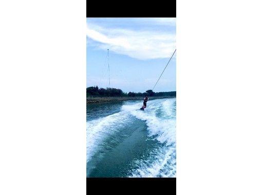 【大分・住吉浜リゾートパーク】「ウェイクボード」に挑戦。プレジャーボートで豪快に楽しむ。