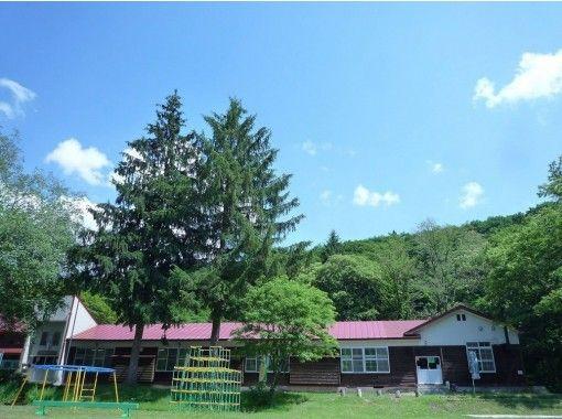 【秋田・鹿角】自然に囲まれた赴きある木造校舎の校庭でオートキャンプが楽しめます!校庭オートサイト【宿泊】