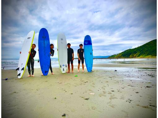 【大阪発着】参加者メンバーの半分が女性お一人様参加です。「安心」して女性お一人様でも参加出来るサーフィンスクールを開催!!の紹介画像