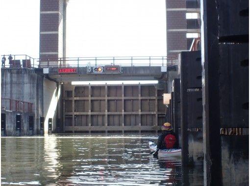 【東京・江戸川】カヤックでパナマ運河の様なロックゲート通航体験「東京水路カヤックツアー(半日:Bコース)」の紹介画像
