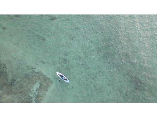 [冲绳恩纳村]波光粼粼的大海中划皮划艇[射击无人驾驶飞机的SNS发光]小学生及以下半价!の紹介画像