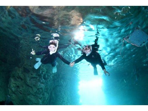 [冲绳恩纳村] [高概率]蓝洞浮潜和[SNS闪耀]海上皮划艇之旅[免费照片和视频]の紹介画像