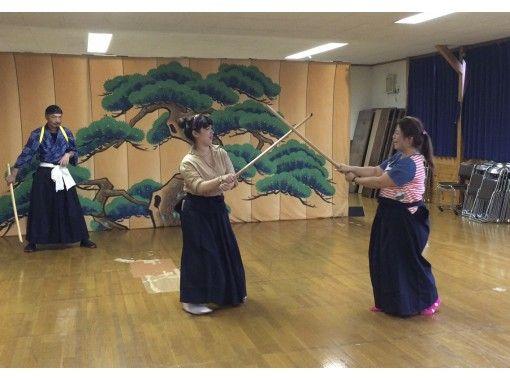 【秋田・角館】劇団わらび座・侍・殺陣(たて)体験!基本パターンを俳優と一緒に演じましょう!