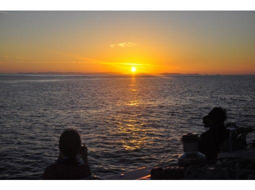 【沖縄・北谷(中部)出航〜】サンセット・チャーター・クルージング2.5時間 (55フィートカタマラン)で、慶良間にしずむ本当最南夕日を独占!