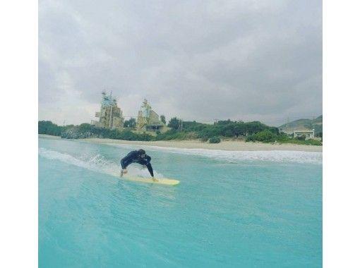 【沖縄・本島】サーフィン2時間レッスン体験~初心者・未経験の方も大歓迎◎リゾートエリアのビーチでサーフィン体験☆