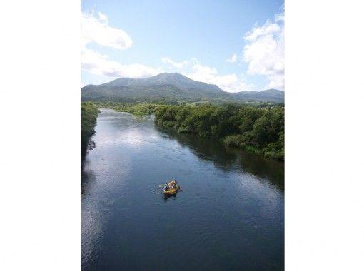 H2Oアドベンチャーの清流「尻別川」の川下りが楽しめるツアー